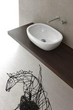 солидни  мебели за баня с механизми плавно затваряне