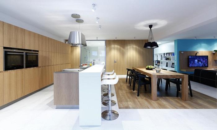 Модерер интериор на кухня с бар маса и трапезария