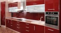 Червена кухня със стъклен гръб