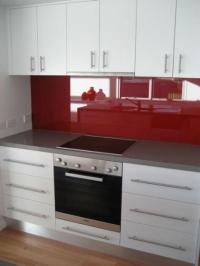 Кухня в бяло и червен лакобел