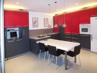 Кухня в черно и червено