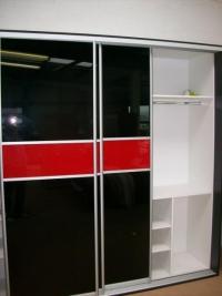 гардероб с плъзгащи врати с черно червено стъкло