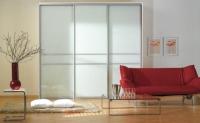 Вграден гардероб с  врати от бяло стъкло