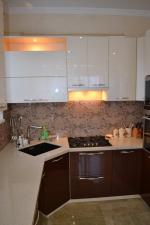 Кухня по поръчка МДФ гланц бяло и тъмно лилаво