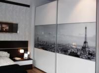Гардероб с принт стъкло и ПДЧ  в ниша за спалня