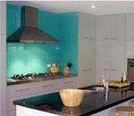 Кухня в бяло с боядисано стъкло