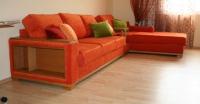 Ъглов диван с рафтове