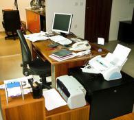 Офис бюро с комбиниран шкаф към него