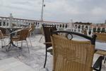 Модерни метални столове за басейн