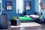 Поръчкова спалня в черно с кожена тапицерия и голяма правоъгълна табла