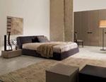 Поръчкова спалня от матирано дърво с табла под голям ъгъл спрямо леглото