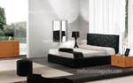Модел на тапицирано с кожа спално обзавеждане с декоративни елементи на таблата на леглото