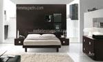 Идея за спално обзавеждане в кафяво с нестандартни дръжки на мебелите