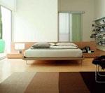 Дизайн на нестандартна спалня с вградени в таблата поставки от двете страни на леглото 78-2618