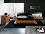 Проект за спалня с двойна основа на леглото и нестандартно разположение на вградените в таблата шкаф