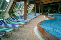 Дизайнерски кварцов под за около басейн