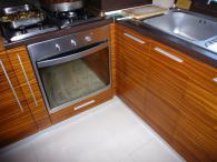 Кухня от кафеви МДФ, ест. фурнир, зебрано