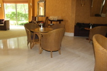 Качествена маса и стол от естествен ратан за дома и заведението