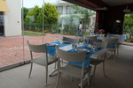 Универсален стол и маса от ратан слонова кост за всесезонно използване