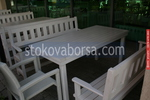 битова маса с две пейки и един дървен стол за механа или кръчма