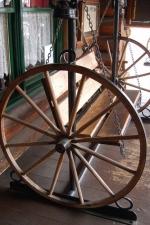 Изработка на маси и пейки декорация от колела от каруца