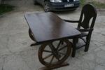 битова маса с един дървен стол за механа или кръчма