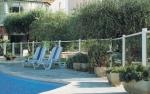 Изпълнение на клиентски заявки за изработка на стъклени огради за басейни