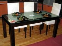 Стилна маса за трапезария със стъклен плот