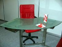 Ъглова стъклена маса за работа