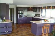 Стилна кухня в лилаво