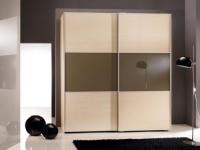 гардероб цвят бук с тъмно стъкло