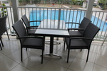 Стилни маси и столове ратан за плаж