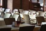 Елегантни и удобни маси и столове от ратан за заведения