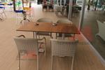 Маси и столове от ратан, бежови, придаващи стил и комфорт на всеки интериор