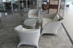 Стилни маси и столове от ратан за басейн