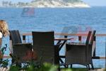 Елегантни и удобни маси и столове от ратан за море