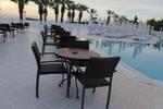 Маси и столове от ратан за голям басейн