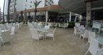 Маси и столове от бял ратан,придаващи стил и комфорт