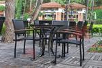 Обзавеждане с маси и столове от черен ратан