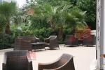 Маси и столове ратан за големи лятни заведения