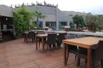 Комфортни и стилни маси и столове от ратан за лятни заведения