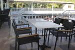 Елегантни маси и столове от ратан за басейн