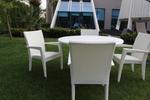 Удобни маси и столове от бял ратан