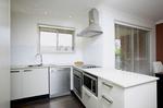 ефирни  бели кухни с плавни механизми