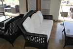 Универсален стол и маса от кафяв ратан за всесезонно използване