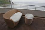 Универсален стол и маса от светъл ратан за всесезонно използване