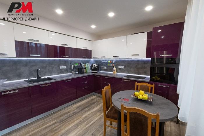 Интериорен дизайн на кухня в пастелни тъмни цветове