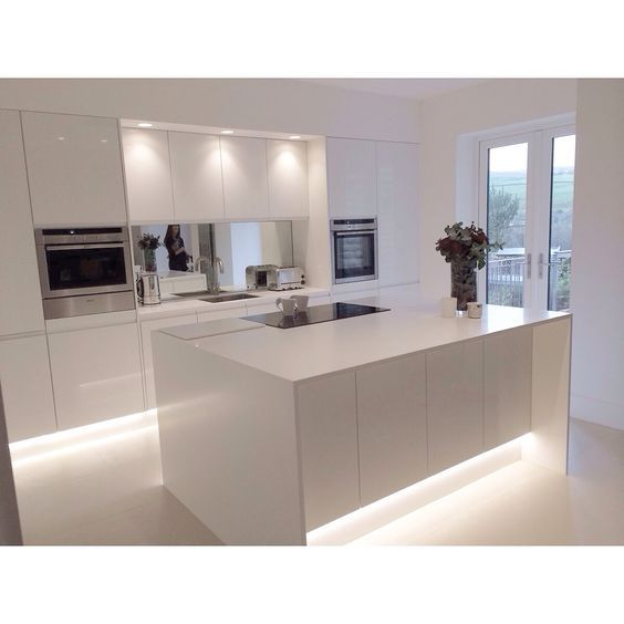 Красиива бяла феерия в съвременната кухня