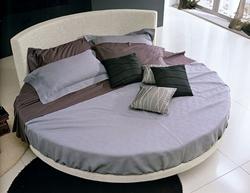 Кръгла спалня със заоблена табла
