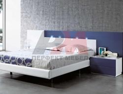 Спалня в бяло и синьо с осветление